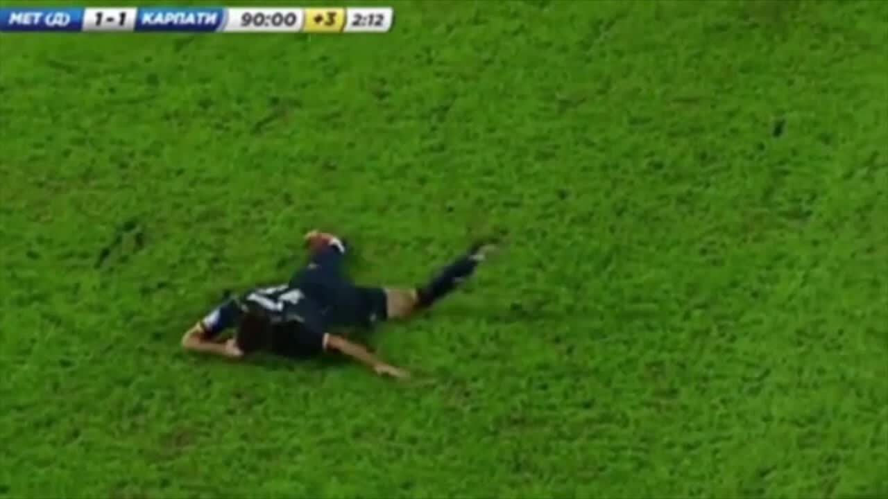 Cầu thủ nằm giãy dụa trên sân để ăn vạ