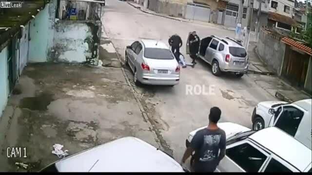 Tên cướp bị bắt vì không biết lái ôtô vừa cướp