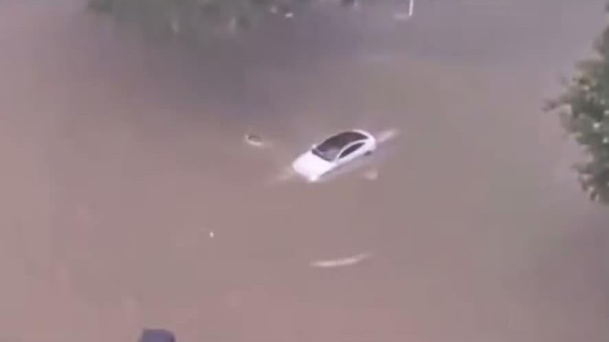 Ôtô điện lội nước băng băng trên đường ngập