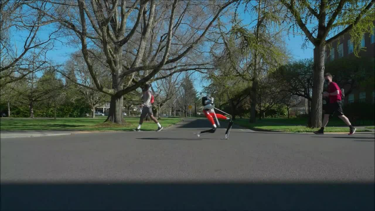 Robot hai chân đầu tiên chạy 5 km ngoài trời