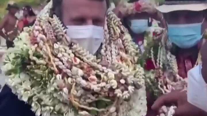 Tổng thống Pháp được người quan chức đeo hoa kín cổ