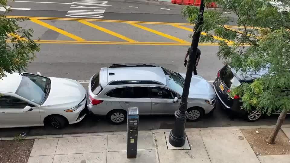 Tài xế lái xe rời chuồng hẹp...