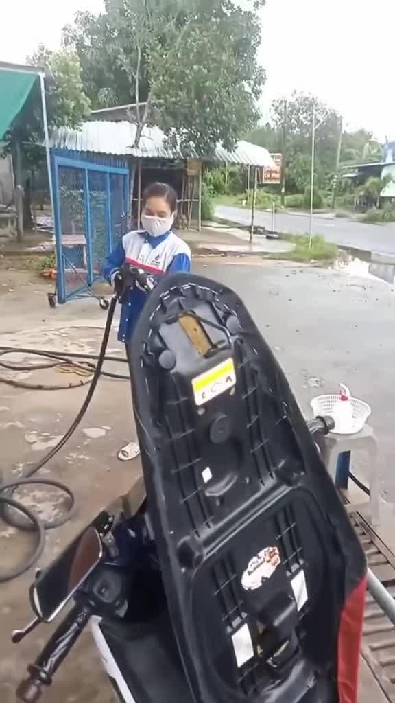 Nhân viên tuân thủ 5K khi đổ xăng