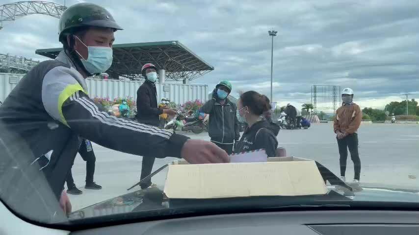 Phát cả trăm phong bì tiền hỗ trợ người dân chạy dịch