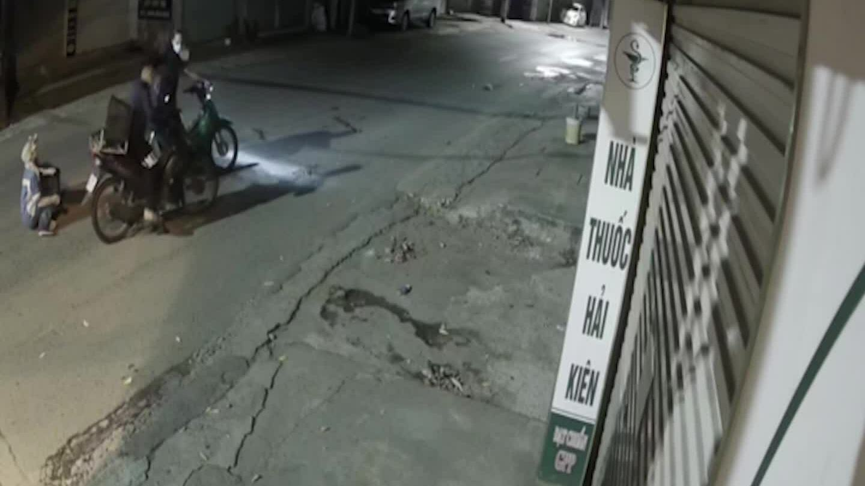 Giây phút tuyệt vọng của nữ lao công bị cướp xe máy