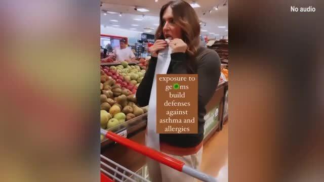 Gây phẫn nộ vì liếm đồ vật trong siêu thị