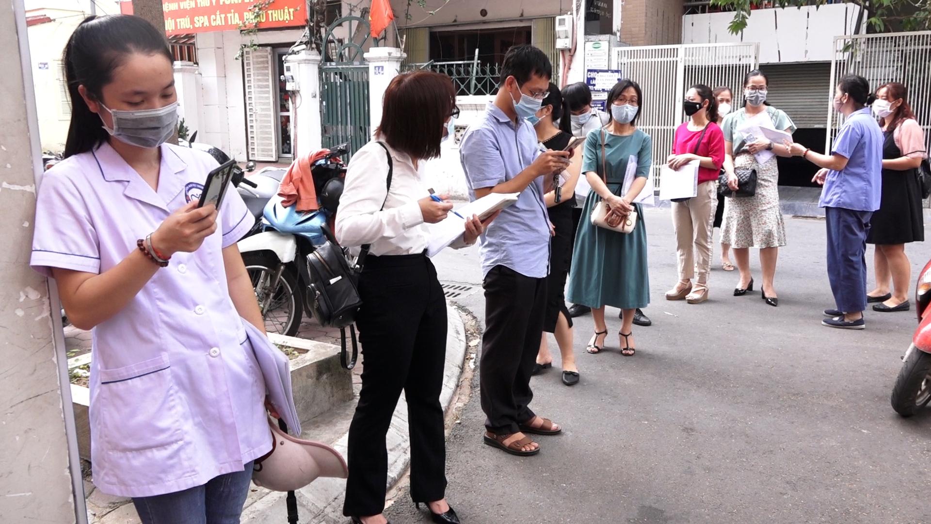 Xếp hàng dài chờ xác nhận giấy đi đường ở Hà Nội