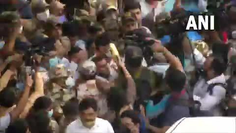 Người Ấn Độ chen nhau vây kín nhà vô địch Olympic