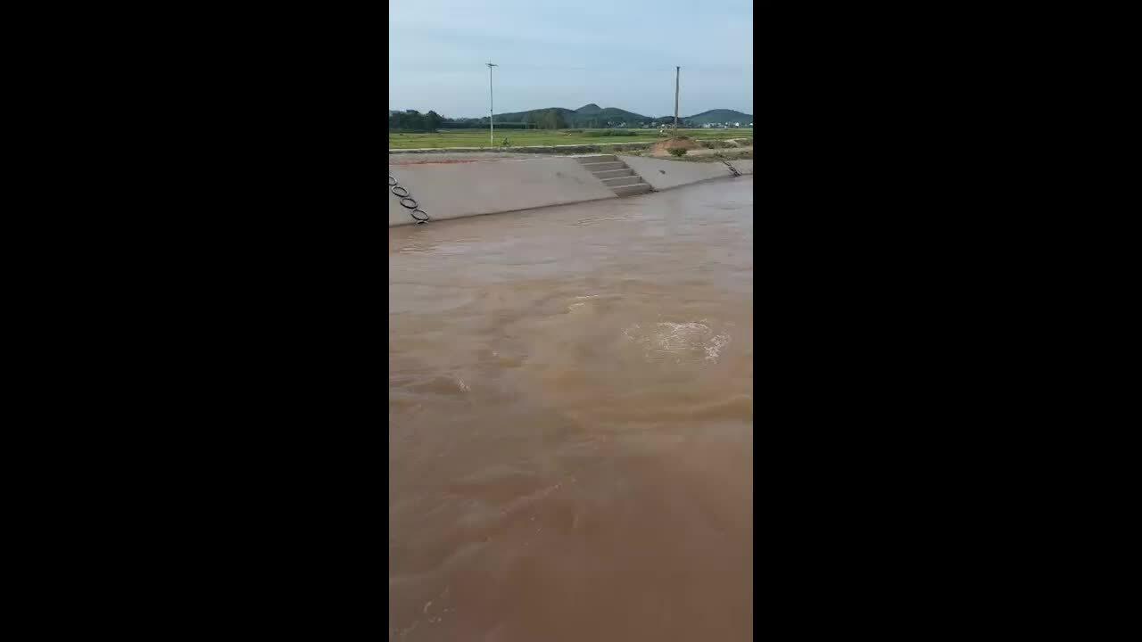 Hàng trăm thang phòng đuối nước lắp ở bờ sông