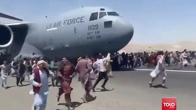 Người dân đu bám máy bay Mỹ cất cánh ở Kabul