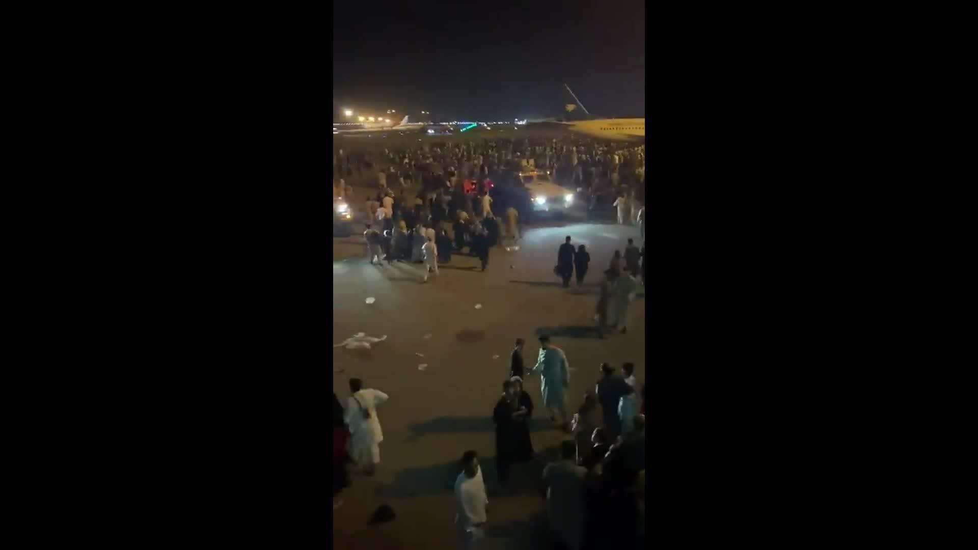 Sân bay Kabul hỗn loạn, lính Mỹ phải bắn chỉ thiên