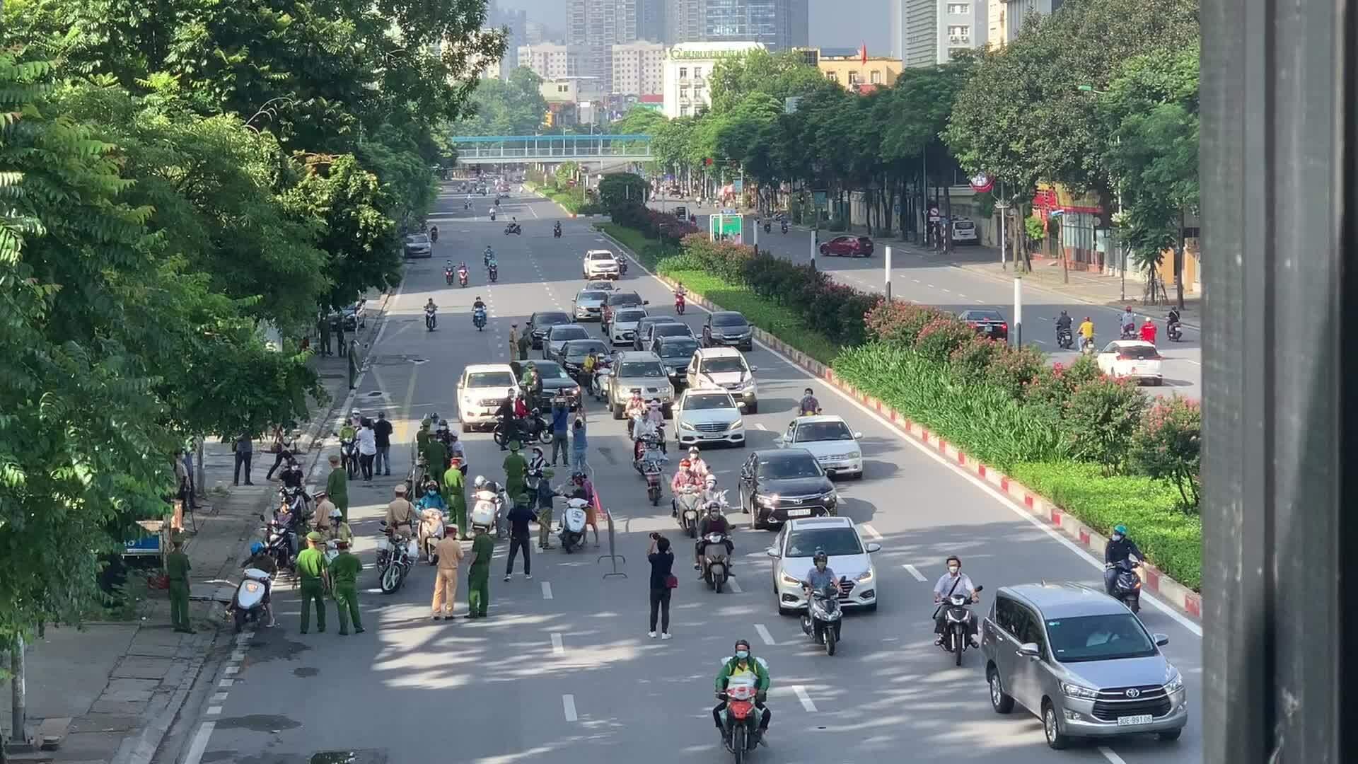 Cảnh sát kiểm tra giấy đi đường