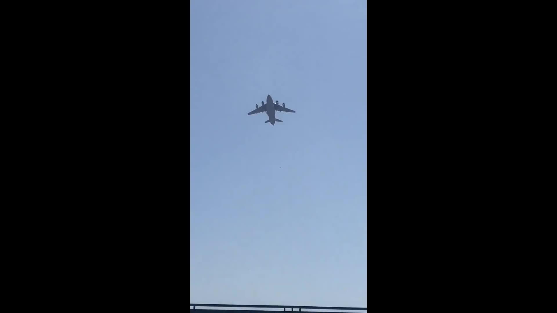 Người Afghanistan bám càng máy bay Mỹ rơi xuống đất