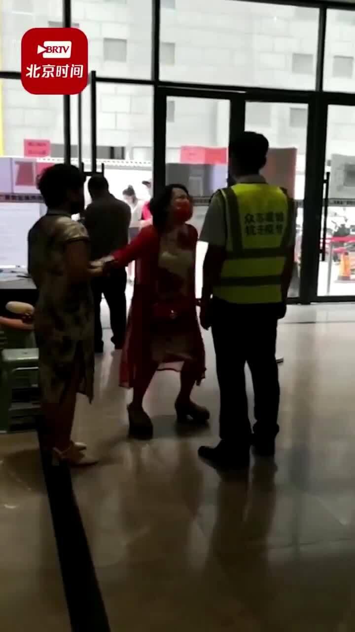 Người phụ nữ Trung Quốc tát nhân viên chống dịch