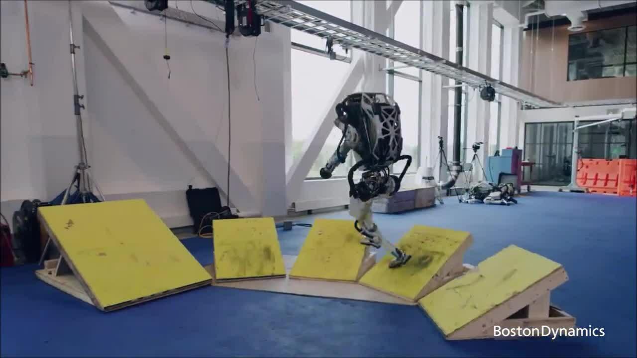 Robot giống người trình diễn parkour