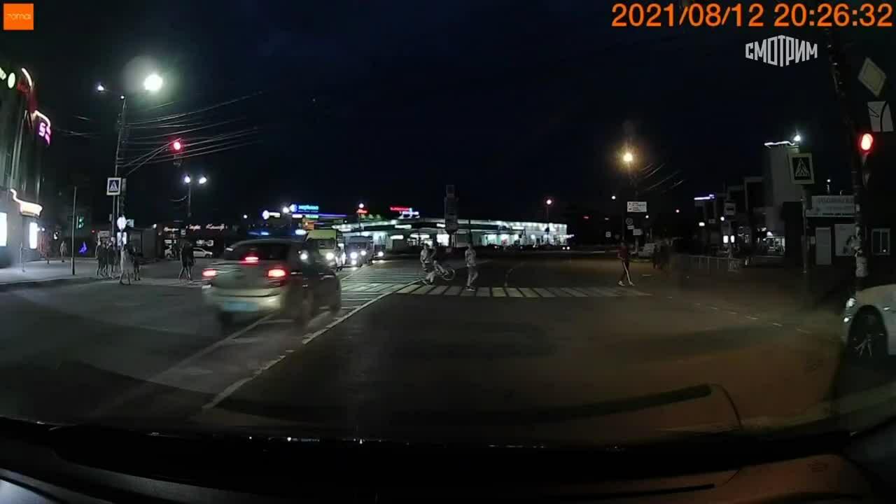 Xe cảnh sát đâm bay thiếu niên đi xe đạp