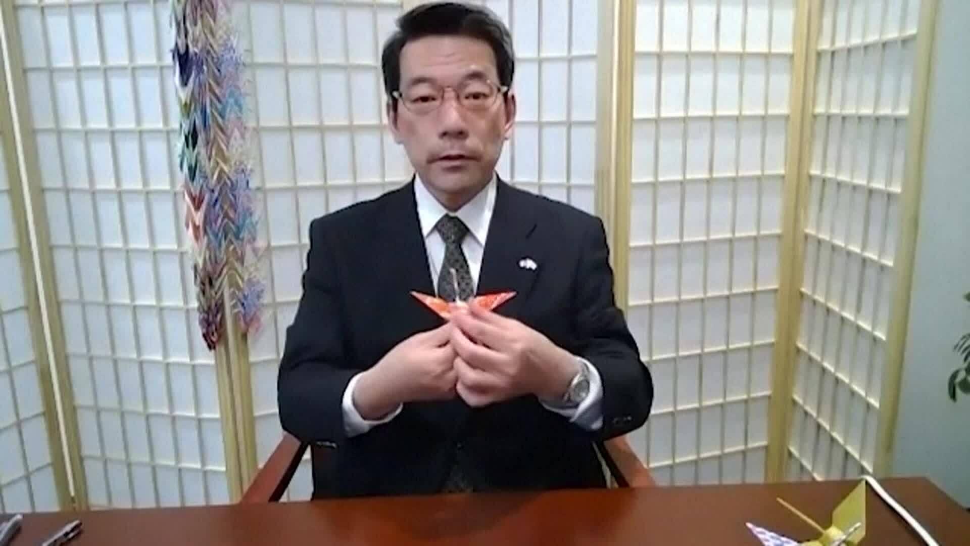 Nhà ngoại giao Nhật gửi thông điệp hạc giấy qua Instagram