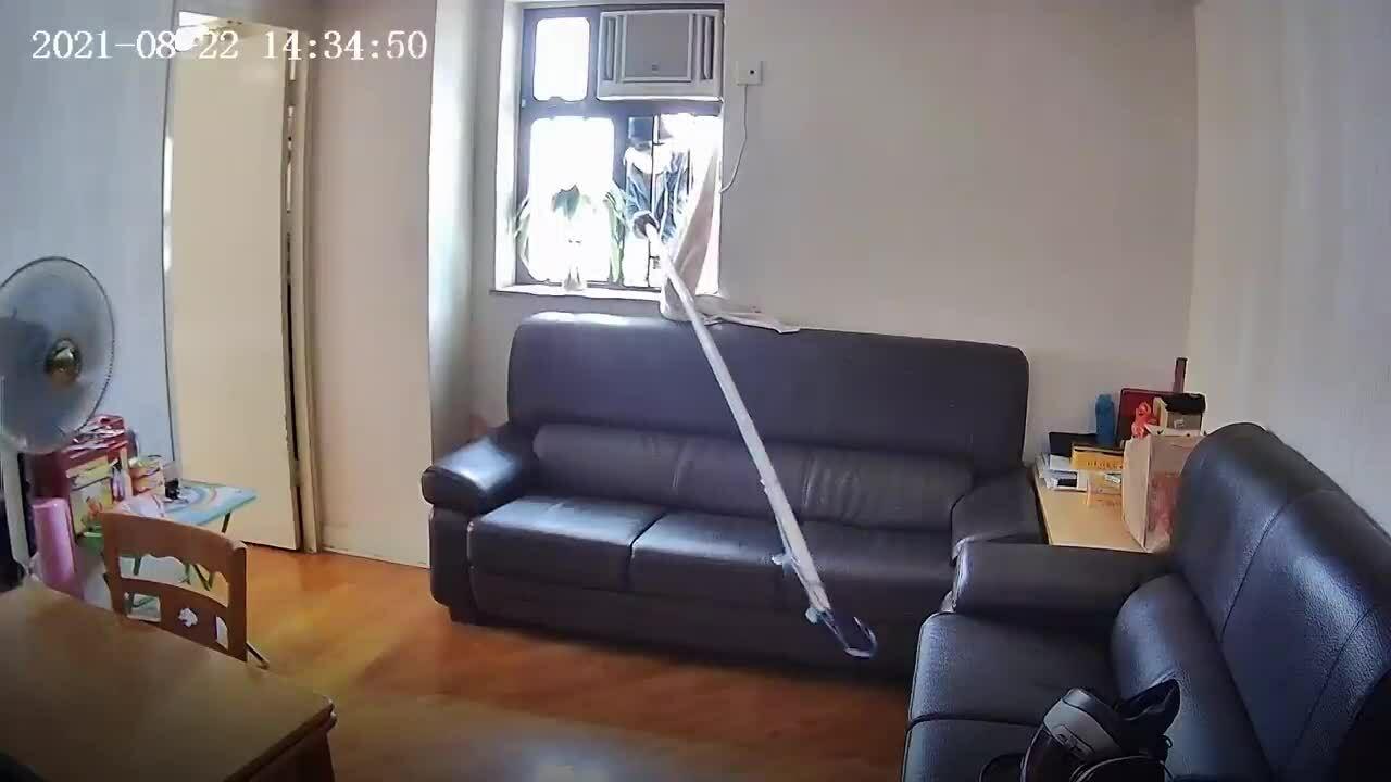Tên trộm dùng sào khều ví qua cửa sổ