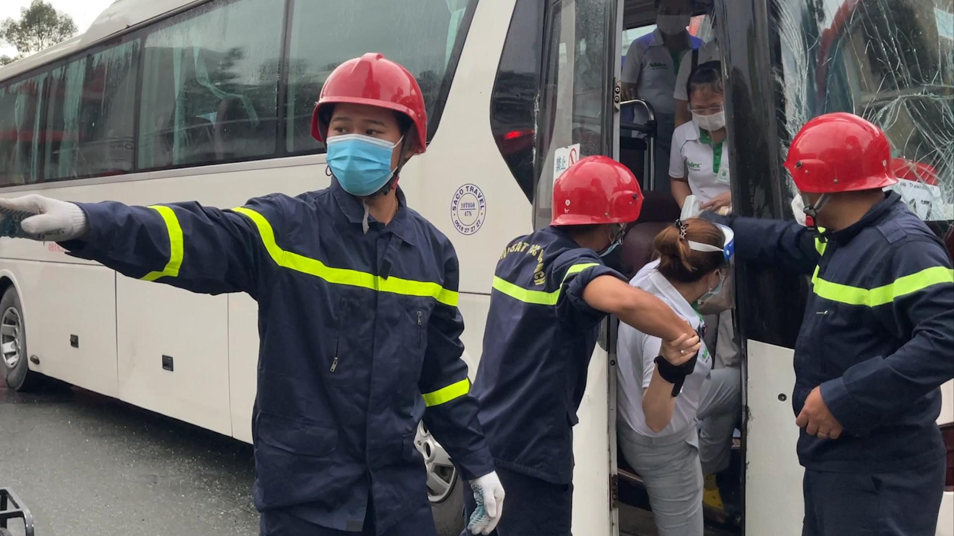 Cảnh sát phá cửa giải cứu hàng chục người mắc kẹt sau tai tạn