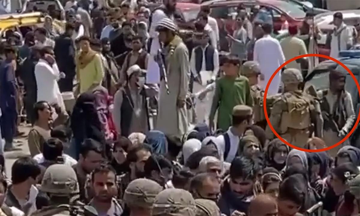 Lính Mỹ mặt đối mặt Taliban bên ngoài sân bay Kabul