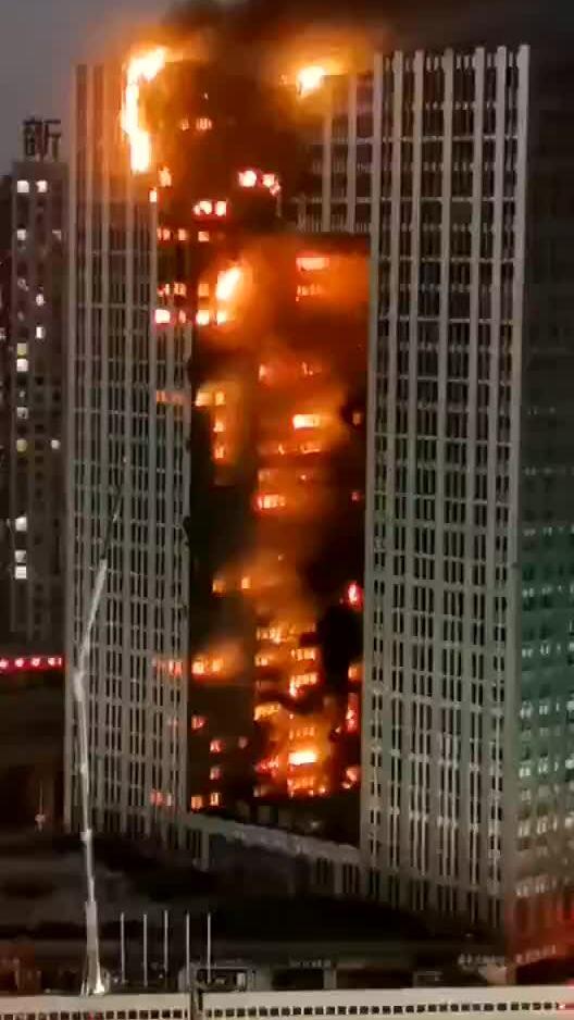Tòa nhà chọc trời Trung Quốc bốc cháy ngùn ngụt