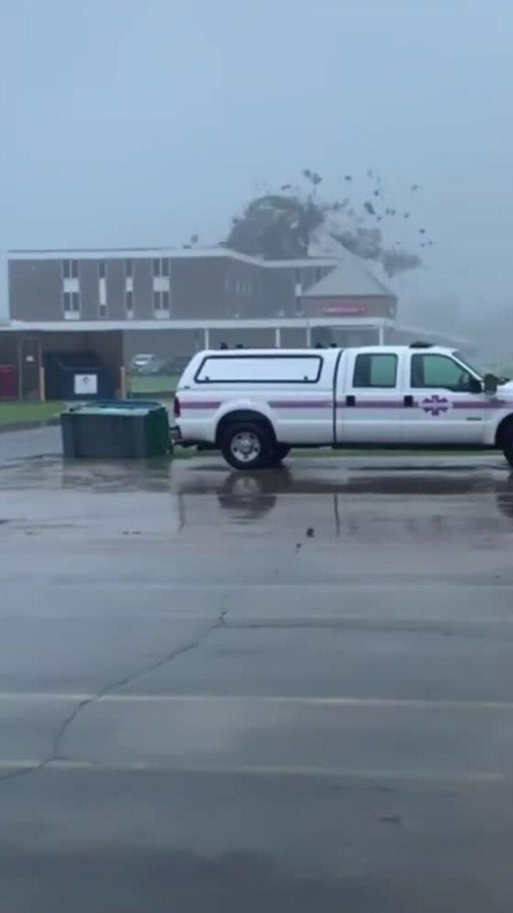 Siêu bão Ida cuốn phăng nóc bệnh viện Mỹ
