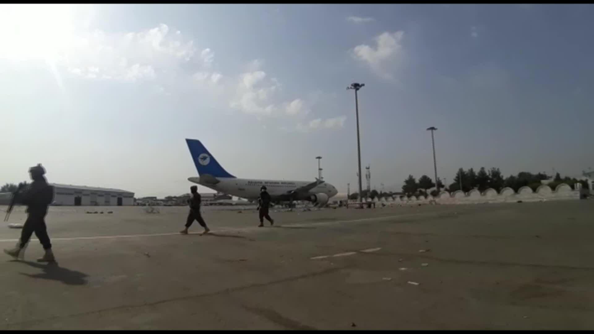 Taliban tiếp quản sân bay không bóng người sau khi Mỹ rút
