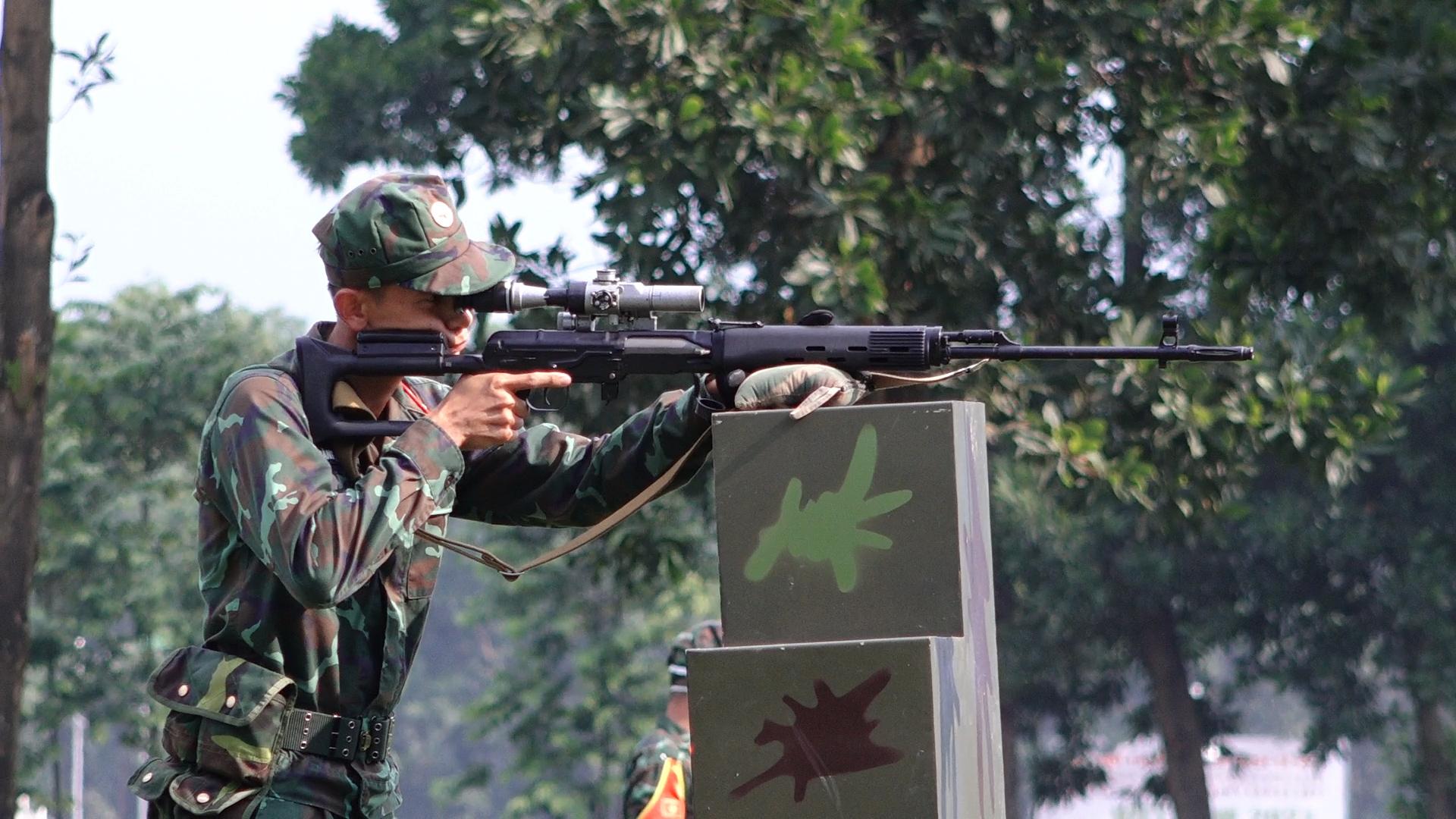 Tuyển thủ Army Games thi bắn tỉa, cứu nạn cứu hộ