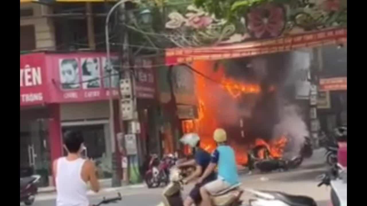 Ba cửa hàng bốc cháy dữ dội