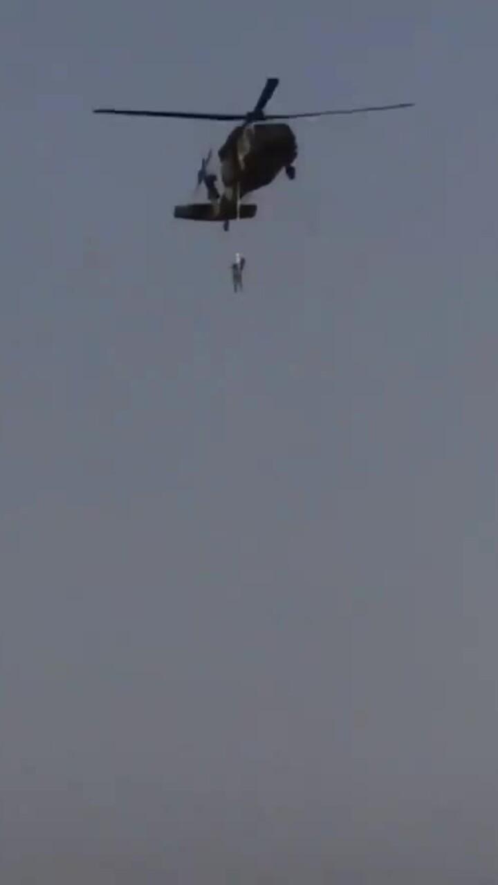 Xôn xao video Taliban treo người lơ lửng trên trực thăng