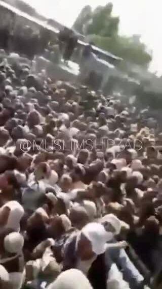 Hàng nghìn người chen lấn vượt biên khỏi Afghanistan