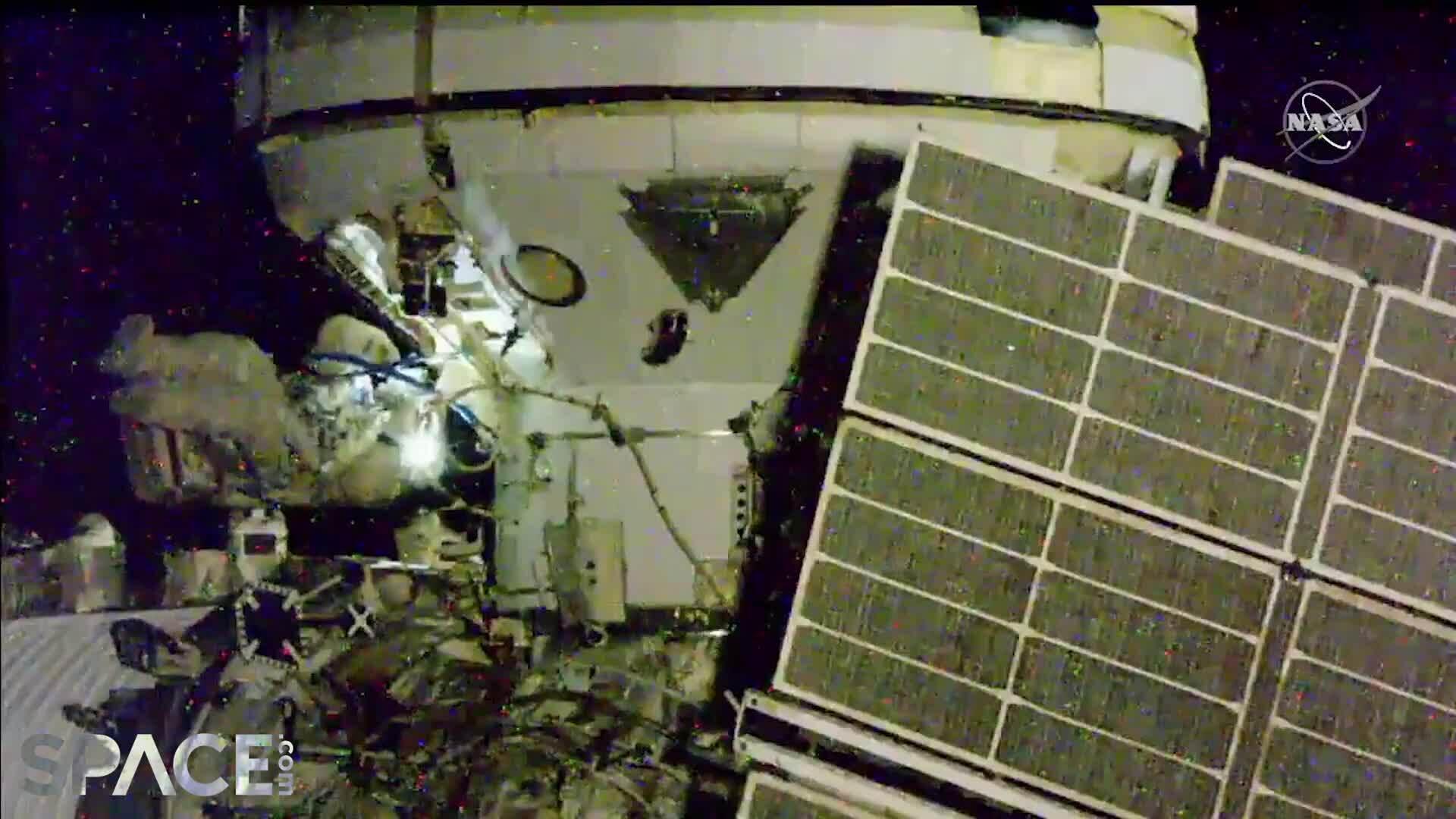 Phi hành gia Nga lắp đặt module bên ngoài ISS