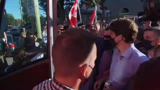 Thủ tướng Canada bị ném sỏi