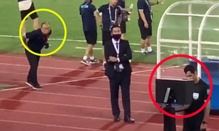 Thầy Park 'nhìn trộm' trọng tài check VAR