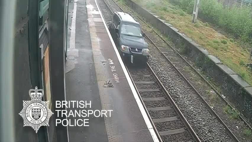 Đi tù vì chạy ôtô trên đường ray