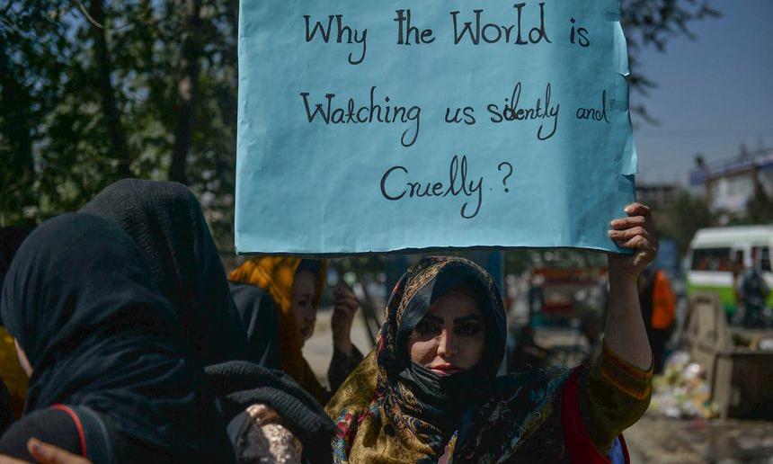 Taliban dùng roi đánh phụ nữ biểu tình