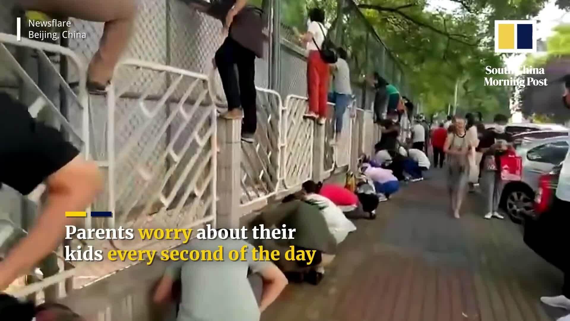 Phụ huynh Trung Quốc trèo rào xem con học