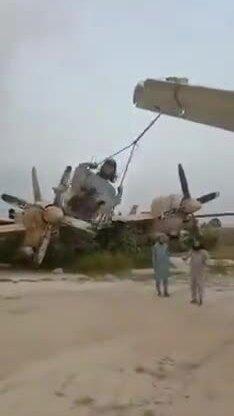 Quan chức Trung Quốc đăng video Taliban chơi xích đu dưới máy bay Mỹ