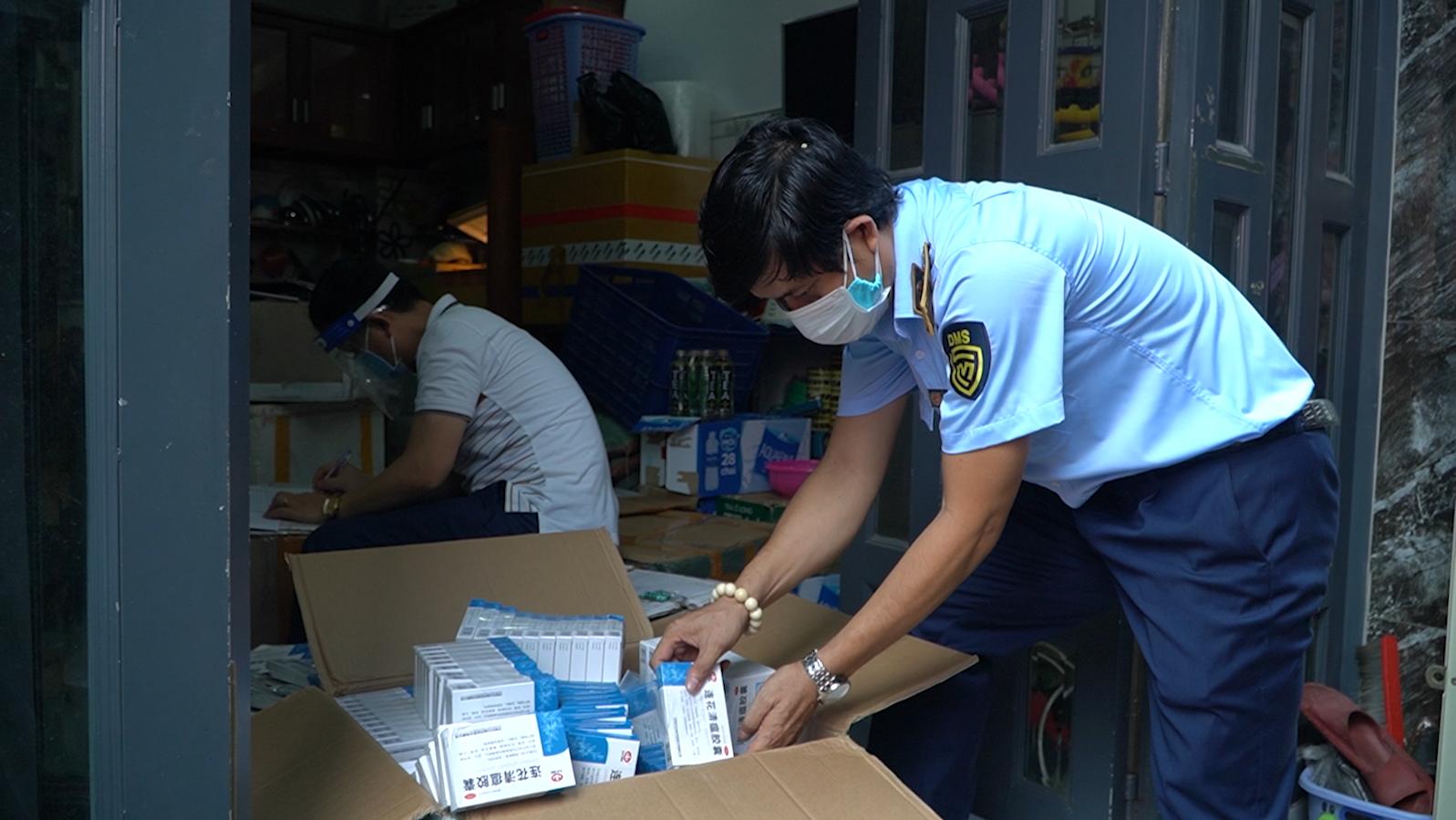 Thu giữ 400 hộp thuốc nhãn hiệu Trung Quốc chưa Covid-19