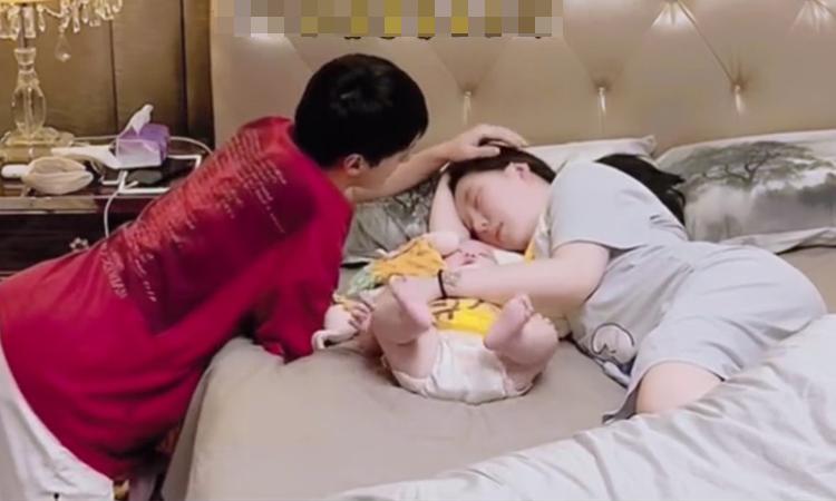 Bố ôm mẹ ngủ khiến cậu con trai ngơ ngác