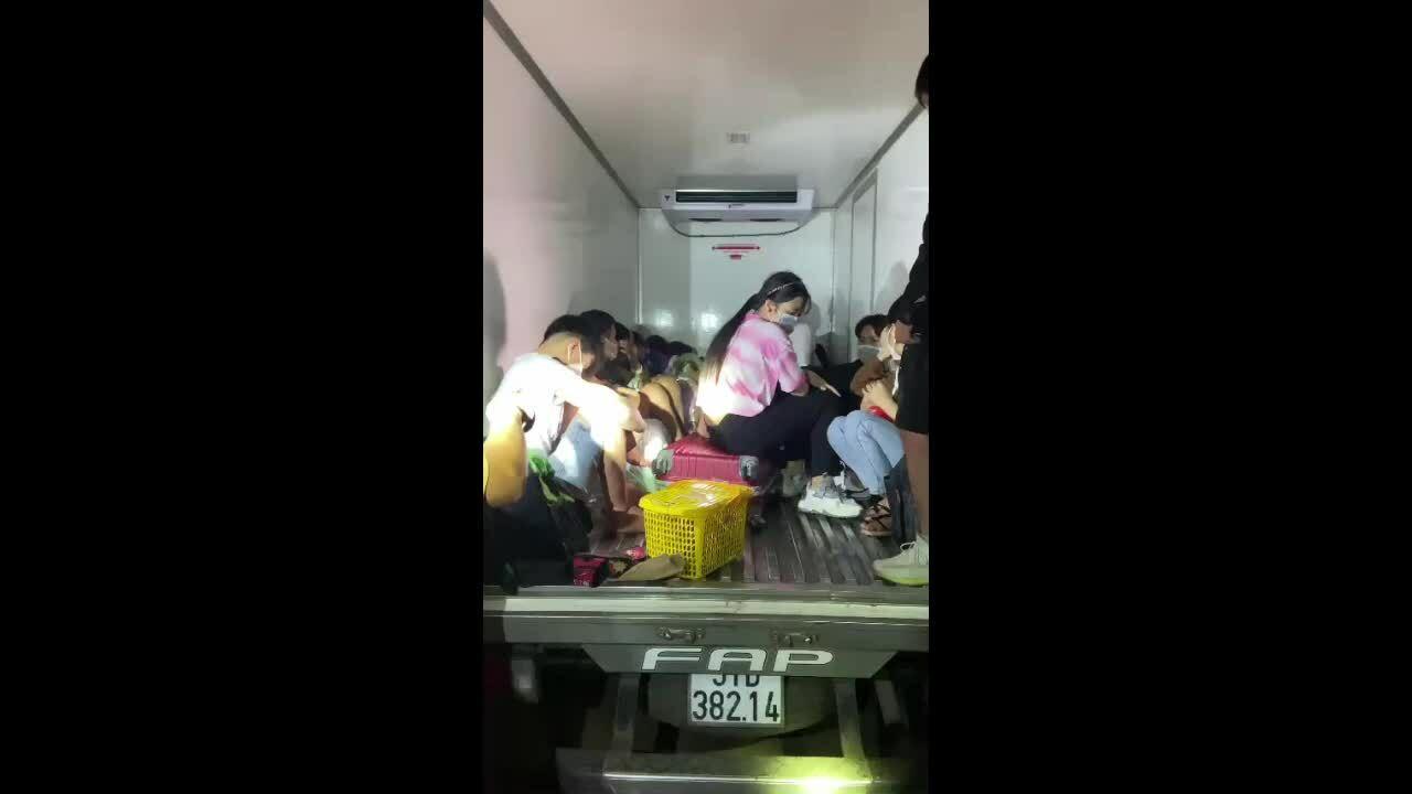 15 người trốn trong thùng xe đông lạnh vượt chốt