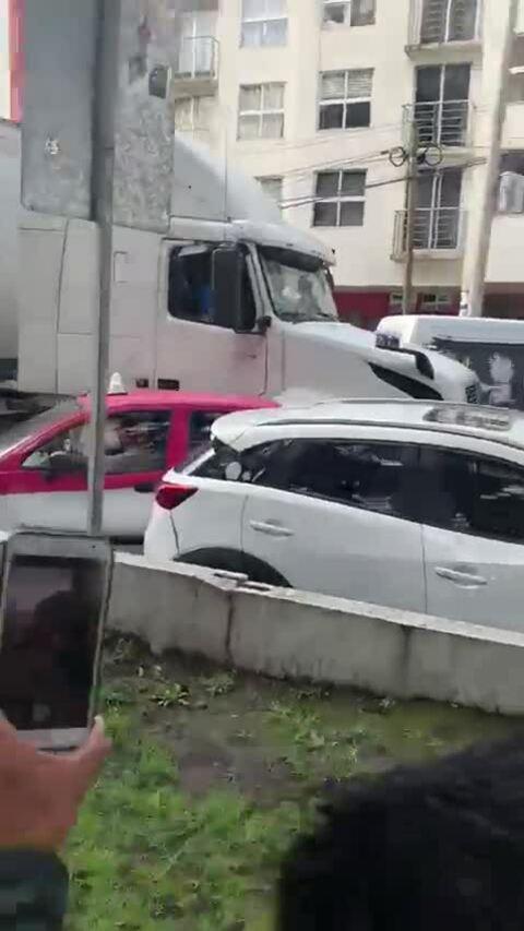 Tài xế container đâm húc hàng loạt ôtô sau tai nạn