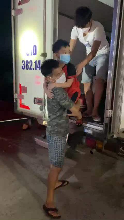 Xe đông lạnh chở 15 người vượt chốt kiểm dịch