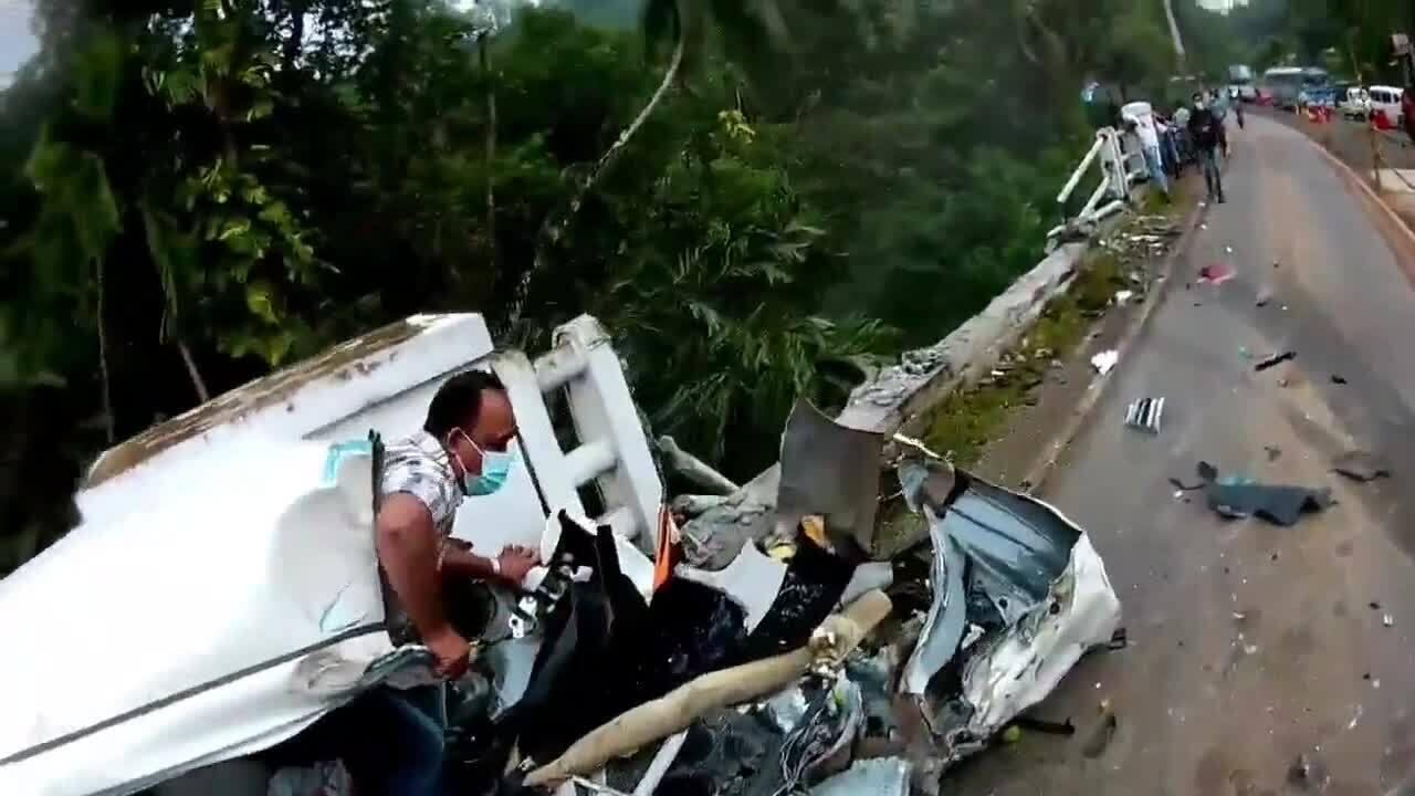Hai tài xế cùng thoát chết khi xe container lao xuống kênh