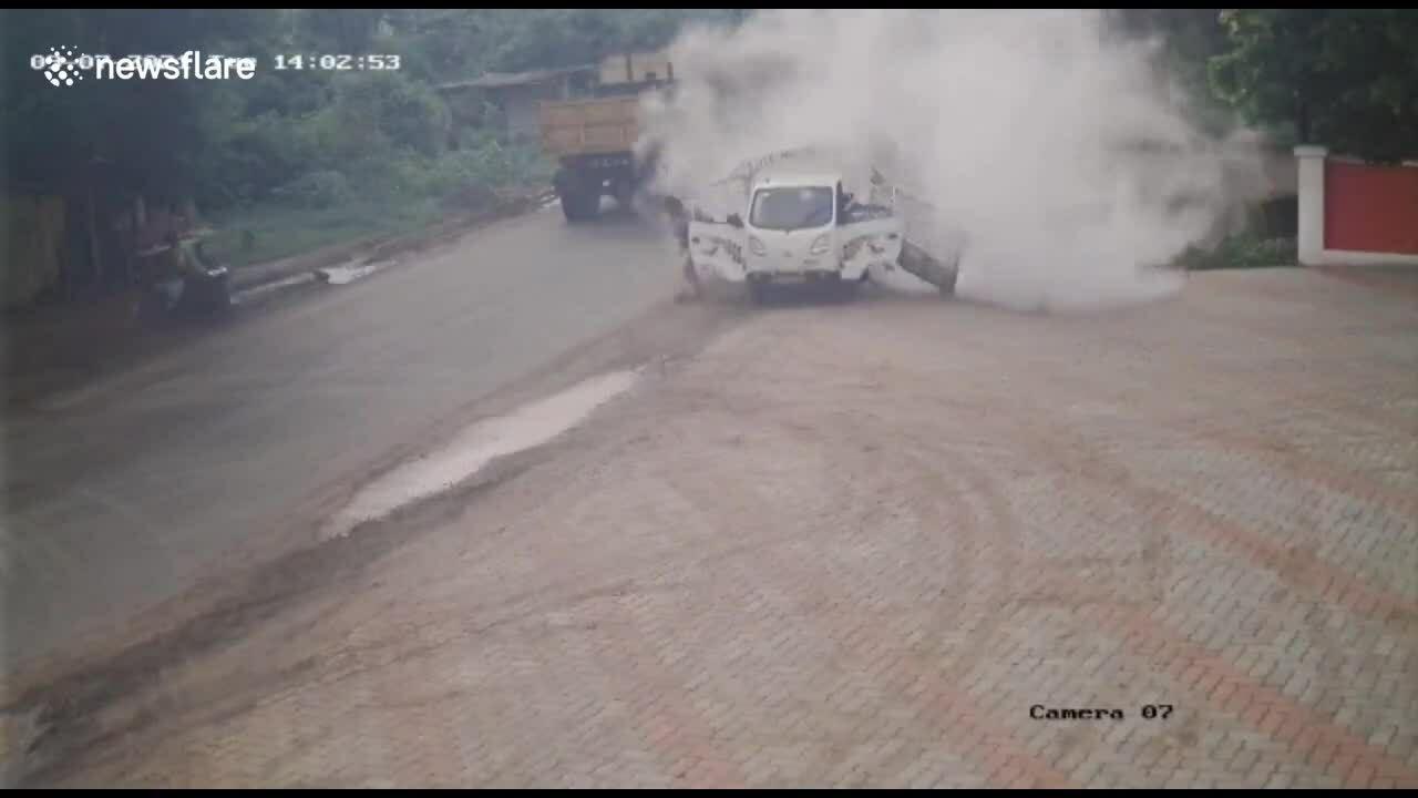 Ôtô nổ như bom giữa đường