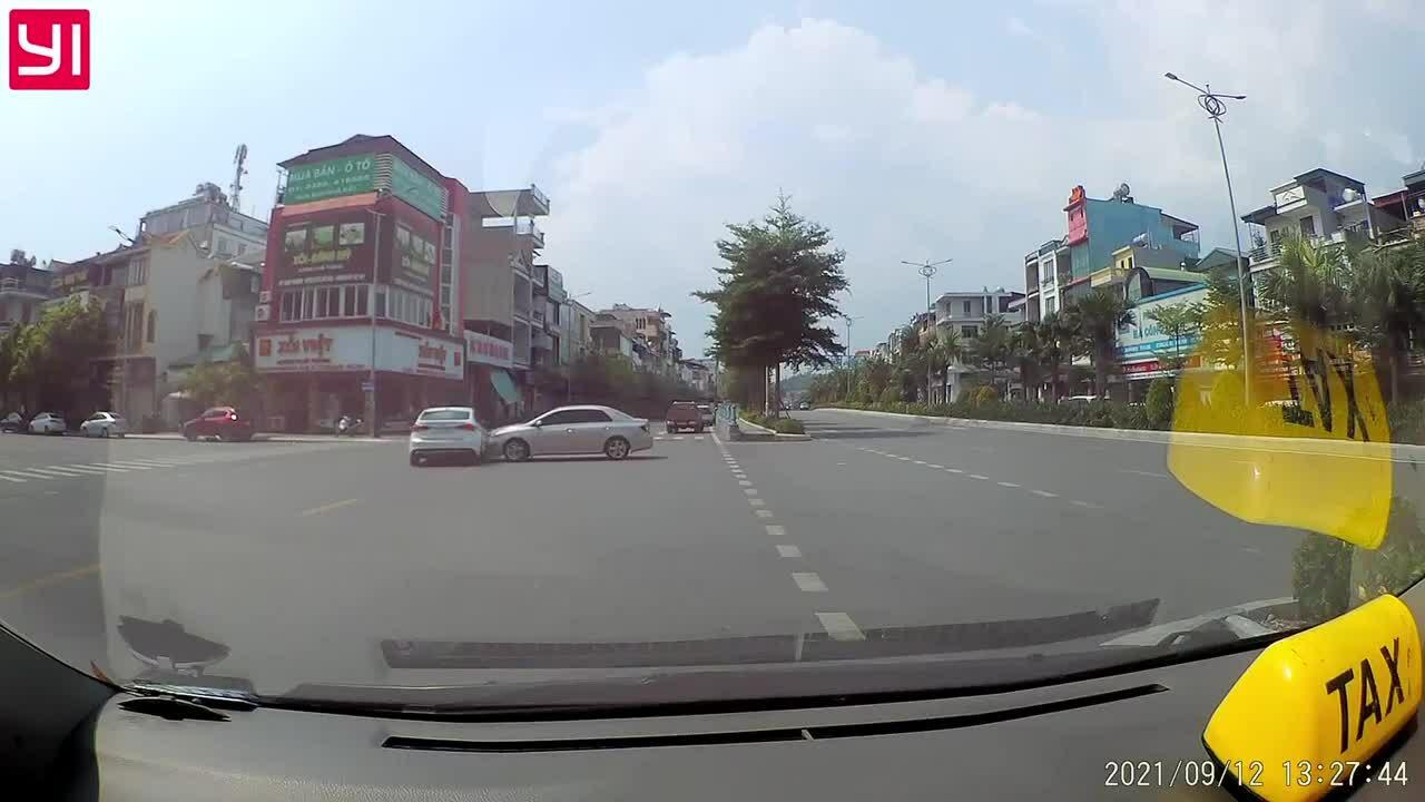 Ôtô rẽ phải đâm vào ôtô đi thẳng - xe nào sai?