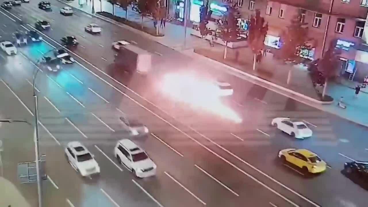 Xe máy bốc cháy sau va chạm với xe tải