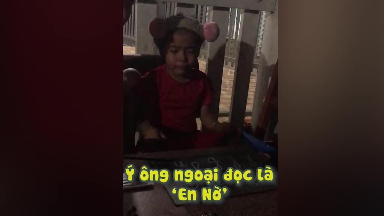 Bé gái khóc vì ông ngoại đọc chữ N thành 'en nờ'
