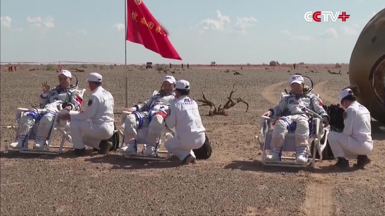 Khoảnh khắc phi hành gia Trung Quốc bước ra từ tàu vũ trụ