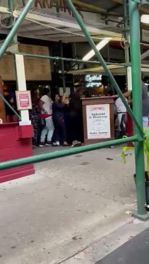 Bị tấn công vì yêu cầu khách đưa chứng nhận tiêm vaccine